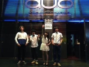 渋谷DUOの前で記念撮影
