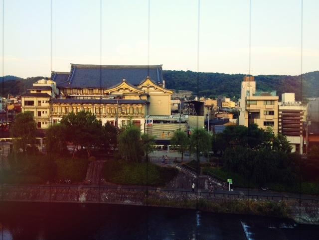 東華菜館の宴会場の窓から見える南座